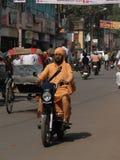 小型摩托车通过业务量编织 免版税库存图片