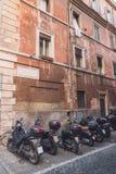 小型摩托车临近老大厦 免版税库存图片