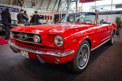 小型车Ford Mustang敞篷车, 1966年 免版税库存图片