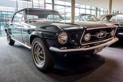 小型车Ford Mustang敞篷车, 1967年 库存图片