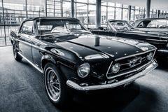 小型车Ford Mustang敞篷车, 1967年 免版税库存图片
