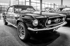 小型车Ford Mustang敞篷车, 1967年 免版税库存照片