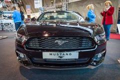 小型车Ford Mustang EcoBoost敞篷车(第六一代), 2015年 图库摄影