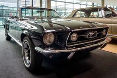 小型车Ford Mustang V-8 Cabrio GT, 1967年 免版税库存照片