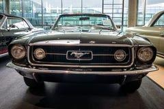 小型车Ford Mustang V-8 Cabrio GT, 1967年 免版税库存图片