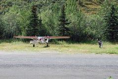 小型飞机和摩托车在简易机场附近停放了 库存照片