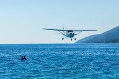 小型飞机飞行飞行在Zlatni鼠海滩,克罗地亚 库存照片