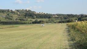 小型飞机Texn回声在一条象草的跑道进来登陆一未铺砌航空航天,并且,在一次不成功的着陆以后,是 股票录像