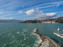 小城市莱里奇顶视图利古里亚海岸的,意大利,拉斯佩齐亚省的  意大利镇莱里奇全景  很多 库存图片