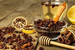 小堆在老木桌上的干海鼠李莓果 流行性感冒和寒冷的治疗 Hippophae rhamnoides 库存图片