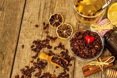 小堆在老木桌上的干海鼠李莓果 流行性感冒和寒冷的治疗 Hippophae rhamnoides 库存照片