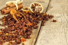 小堆在老木桌上的干海鼠李莓果 流行性感冒和寒冷的治疗 Hippophae rhamnoides 免版税库存图片