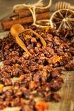 小堆在老木桌上的干海鼠李莓果 流行性感冒和寒冷的治疗 Hippophae rhamnoides 图库摄影