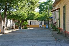 小墨西哥村庄在山坐高 库存照片