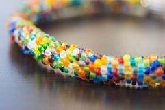 从小多彩多姿的小珠的被编织的镯子 库存图片