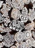 小大象和其他标志和样式在木模子块传统打印纺织品的 设计在印度 库存照片