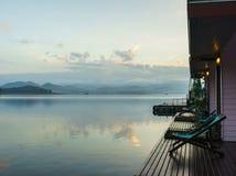 小大阳台有在日落的湖和山背景 库存照片