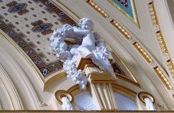 小天使雕象在大教堂屋顶的 免版税库存照片