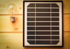 小太阳电池板和一个电灯泡 免版税库存照片