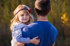 小女儿和父亲 免版税图库摄影
