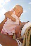 小女儿愉快的母亲一起 免版税图库摄影