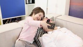 小女儿采取与睡觉的父亲的selfie 股票视频