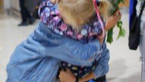 小女儿集会妈妈在机场 股票视频