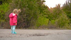 小女婴在秋天公园 影视素材
