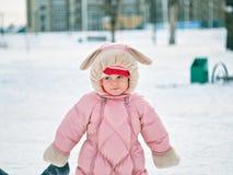 小女孩一岁采取在冬天公园的第一步 图库摄影