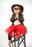 小女孩与黑帽会议的时装模特儿 免版税图库摄影