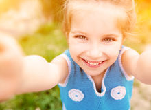 小女孩为照相她的自已 免版税库存图片