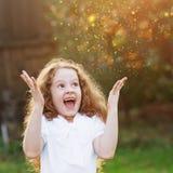 小女孩举了她的手在惊奇或作梦 免版税库存图片