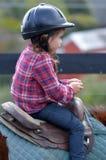小女孩乘驾在马赶走的教训期间的一匹马 库存照片