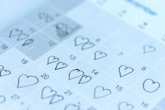 小女孩书面心脏图钉在2月14日华伦泰日期  库存图片