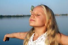 小女孩作梦和放松 库存图片