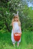 小女孩佩带的兔宝宝耳朵 库存图片