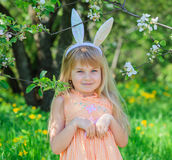 小女孩佩带的兔宝宝耳朵 免版税图库摄影