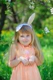 小女孩佩带的兔宝宝耳朵 免版税库存照片
