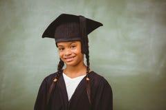 小女孩佩带的毕业长袍 库存照片