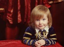 小女孩佩带的renaissanse天鹅绒深蓝礼服 库存照片