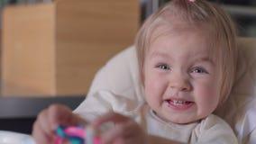 小女孩使用与玩具和微笑 股票录像