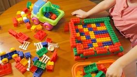 小女孩使用与玩具块的,顶视图 股票视频