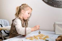 小女孩做曲奇饼 免版税库存照片