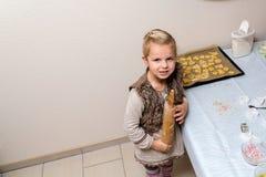 小女孩做曲奇饼 库存照片