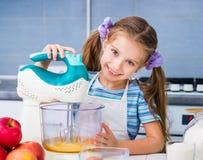 小女孩准备一个苹果饼 免版税库存图片