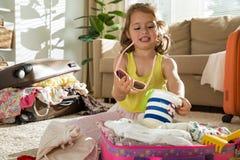 小女孩包装手提箱 免版税库存照片