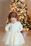小女孩卷发哀伤在圣诞节 库存照片