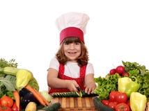 小女孩厨师切口黄瓜 免版税库存图片