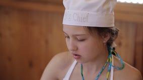 小女孩厨师在厨房里 股票视频