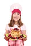小女孩厨师用美国薄煎饼 免版税库存图片